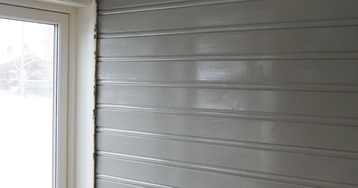 Turid uten tresko: grå panelvegg
