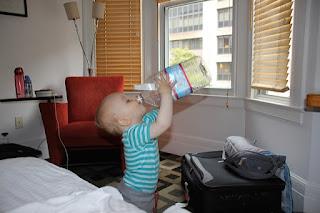 Christkind trinkt aus riesiger Flasche