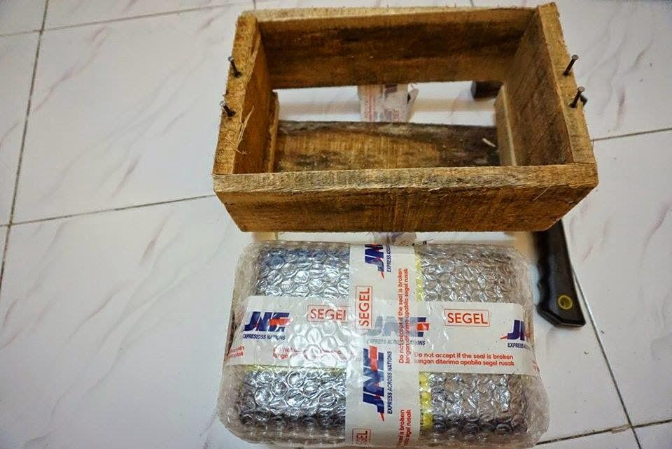 Membutuhkan palu untuk membongkar packing kayu