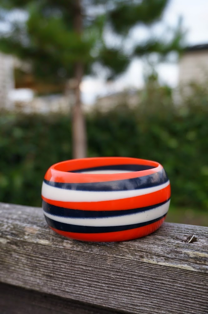 "Un bracelet rayé Bleu marine Blanc et Orange et un sac "" trèfles à 4 feuilles"" en vinyl craquelé argenté ... pour le soir , m'a précisé le vendeur ... c'est mal me connaitre !      A vintage striped bangle navy blue orange and white  and a four-leaf clover bag in silvered crinkled vinyl ... an evening bag , told me the seller who doesn't  know me so well. vintage 1950 50s 1960 60s 1970 70s mod sixties twiggy gogo go go années 50 60 70 brocante yard sales car boot sale"