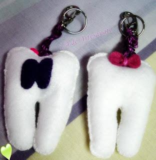chaveiros em formato de dente em feltro