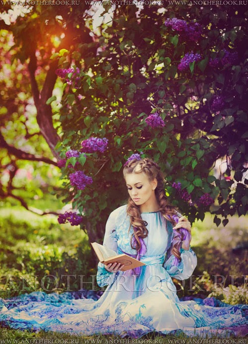 девшка в сирени читает книгу