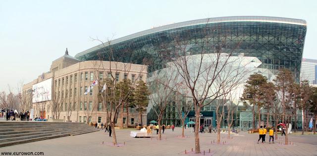 Ayuntamiento viejo y ayuntamiento nuevo en la Plaza de Seúl