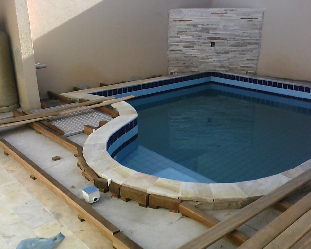 Alcides coloca o de tacos e assoalhos estrutura de madeira para deck em volta da piscina - Ver piscinas ...