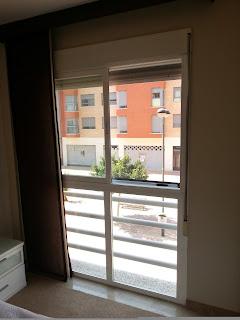Mosquitera enrollable en ventanas con fijo mosquiteras for Instalar mosquitera corredera