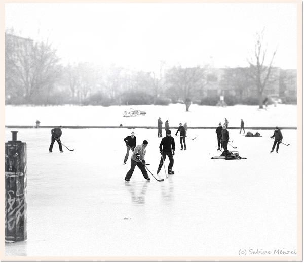 Psynopsis Frozen Landwehrkanal Ice-Hockey
