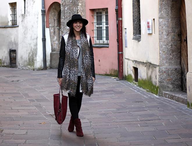 outfit trend fashionblogger trenchcoat lederärmel supertrash boots bordeaux dunkelrot stiefel burgund falabella tasche chain bag stelly mccartney hut nieten leoparden schal grauer Pullover Tchibo