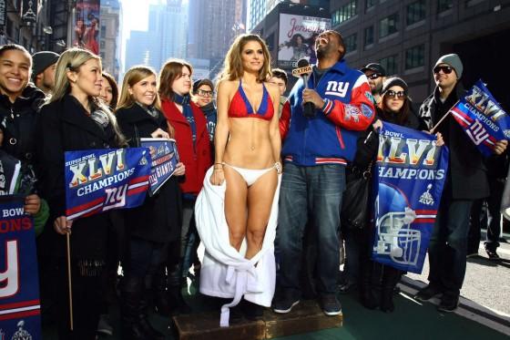 Foto Presenter Maria Menounos Pamer Bikini di Times Square Akibat ...