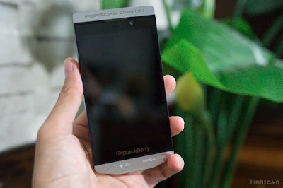 BlackBerry y Porsche Design comenzaron su primera colaboración con el P'9981, que es una versión mejorada del 9900. Hasta ahora, hemos visto pruebas convincentes que sugieren las dos compañías continuarán esta sociedad. Nosotros exclusivamente podemos confirmar que el dispositivo se llamará BlackBerry P'9982. Este nuevo BlackBerry Porsche Design es como una versión del Z10. También nos han dicho que el P'9982 contará con su propia y única interfaz de usuario de BlackBerry 10, al igual que el original P'9981. Ahora, las imágenes completas del P'9982 se han filtrado. Puedes ver que el dispositivo se parece al primer dispositivo 'Z10′ London