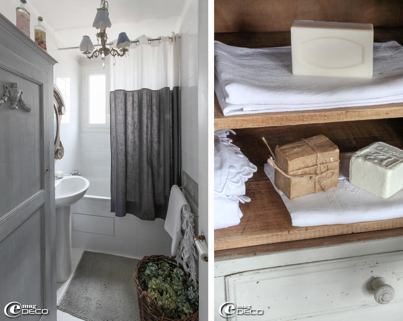 Salle de bains décorée dans des tonalités de gris est éclairée d'un lustre à pampilles chapeauté d'abat-jours trouvés chez 'Gris Anthracite' à Neuilly-sur-Seine. Miroir œil de bœuf chez 'Chehoma'.