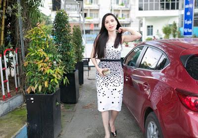 Diễm Hương ăn mặc đơn giản, tự lái xế hộp màu đỏ đi sự kiện.
