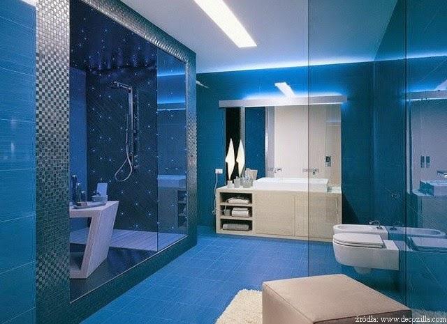 Baños Con Azulejos Azules:Cuarto de baño con paredes decoradas en dos tonos de azul, en la zona