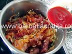 Fasole cu ciolan afumat preparare reteta - adaugarea pastei de tomate