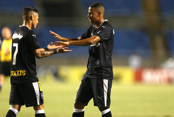 Com gol contra bizarro, Botafogo, líder, vence mas não convence
