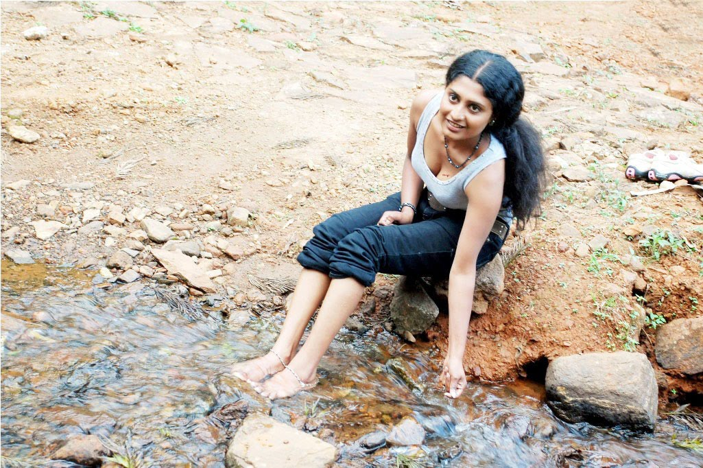 Pictures From Eotic India Mallu Desi Aunty Bathing Priyamanieotic
