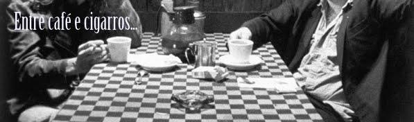 Entre café e cigarros.