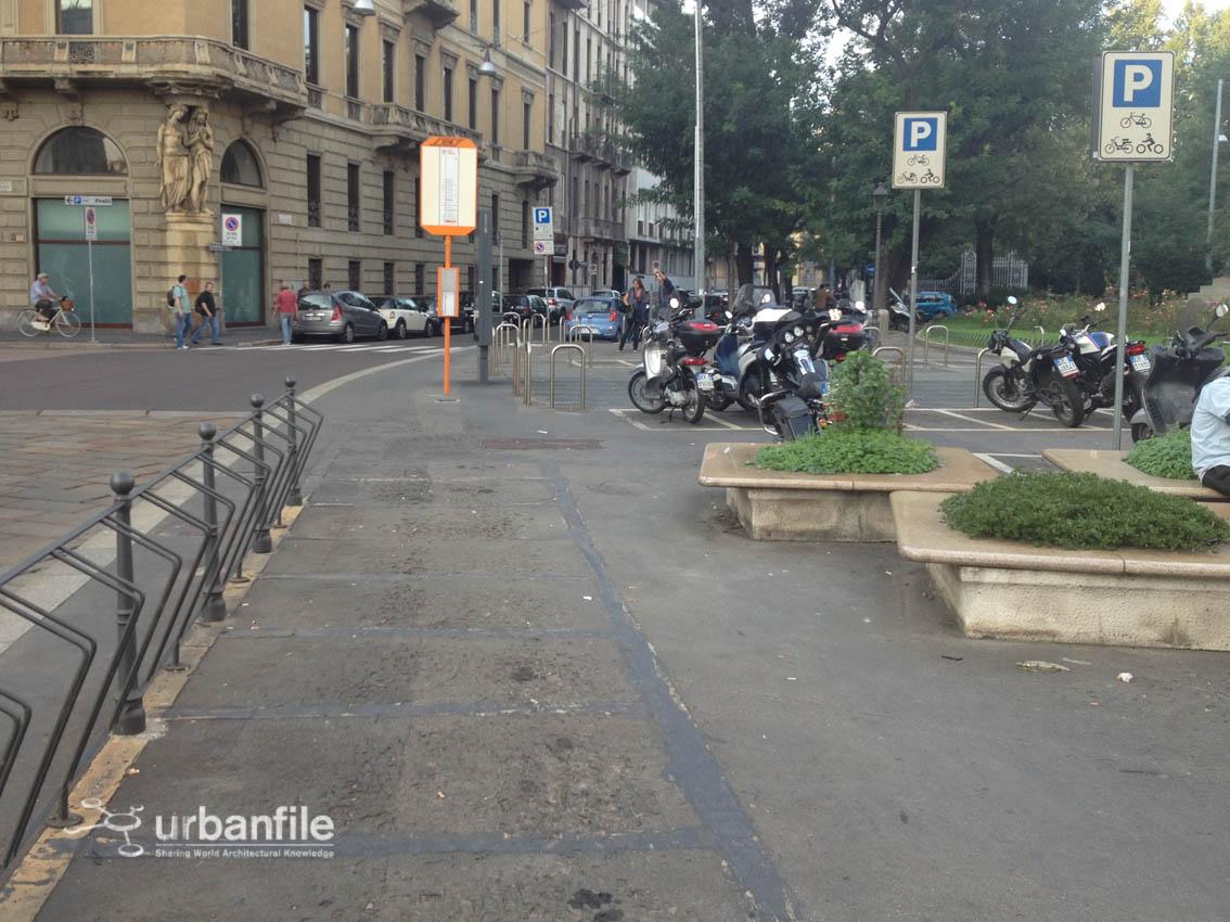 Piazza cavour il caos dell 39 arredo urbano urbanfile blog for Arredo urbano