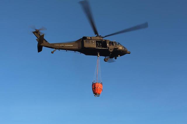 Un helicóptero UH-60L Black Hawk de la Fuerza Aérea Colombiana apoyó las labores de extinción de incendio con su sistema Bambi Bucket.