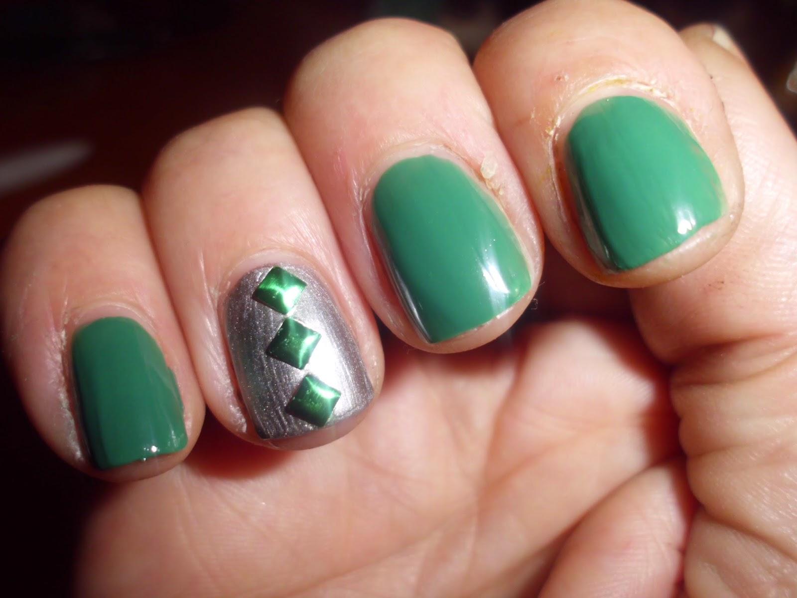Manicura verde con tachuelas