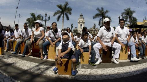 Grandes y chicos identificados con nuestro Cajón Peruano