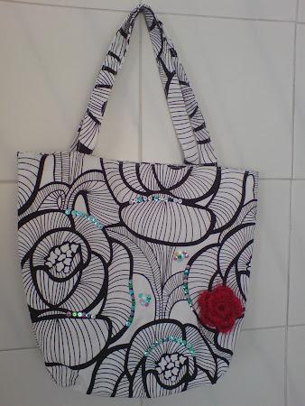 Saco em tecido com lantejoulas( interior forrado abertura com fecho )