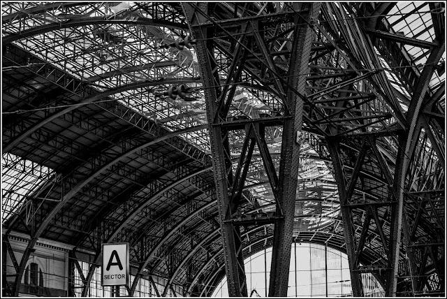 Barcelona: Detalle de la cubierta modernista de los andenes de la Estación de Francia