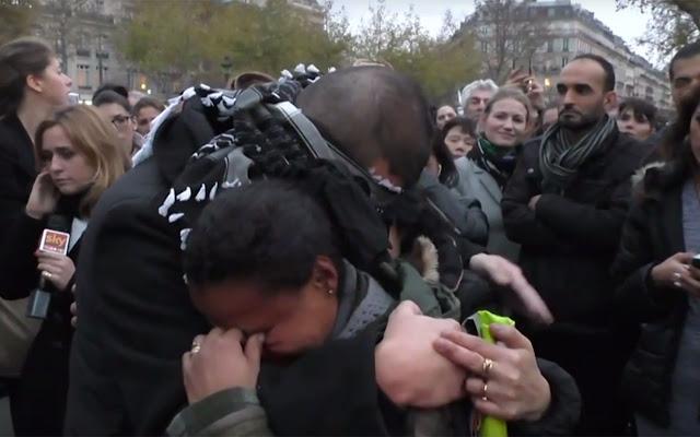 Aksi Pria Muslim Ini Bikin Warga Paris Nangis