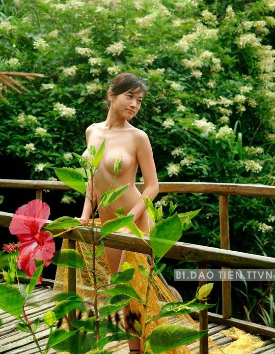 [18+] Gái chụp ảnh khoả thân bên hoa dâm bụt