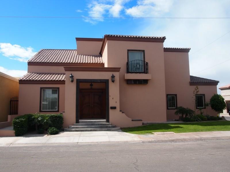 Fachadas mexicanas y estilo mexicano residencia con for Imagenes de fachadas de casas rusticas mexicanas