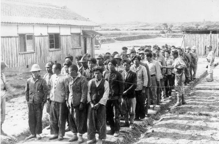 Tahanan berbaris menunggu giliran dieksekusi