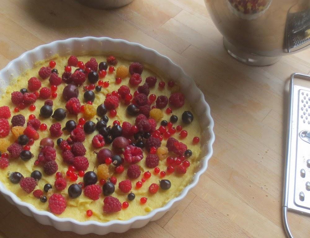Gartenparty-Torte (Beeren-Marzipan-Kuchen) vor dem Backen