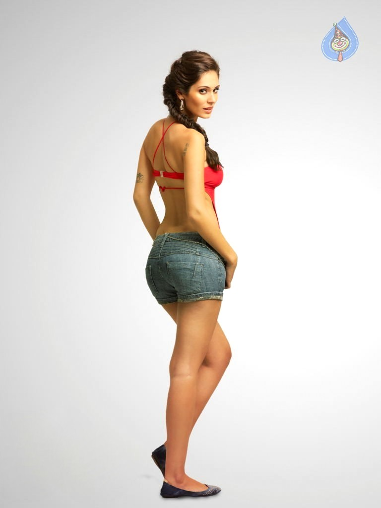 Bruna abdullah back view hot pic -  Bruna abdullah denim shorts HOT photoshoot