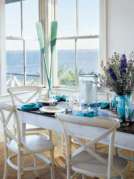 Niebieskie naczynia i niebieska zastawa stołowa na tle widoku morza