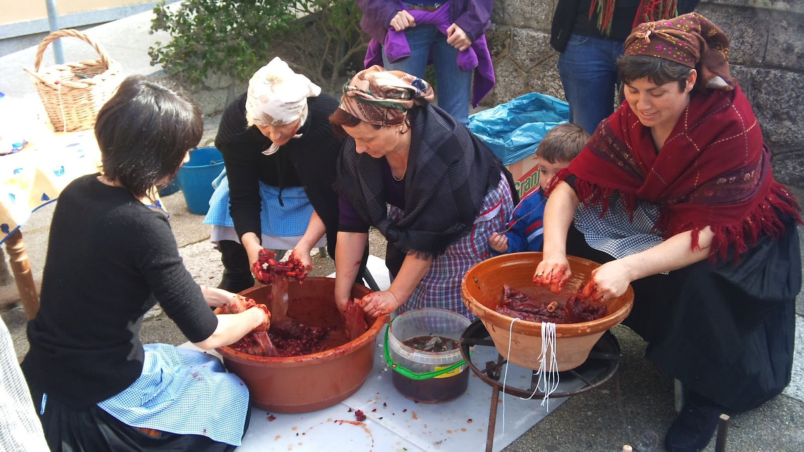 mujeres con vestidos tradicionales embuten a mano