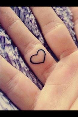 Fotos de tatuagem de coração simples no dedo