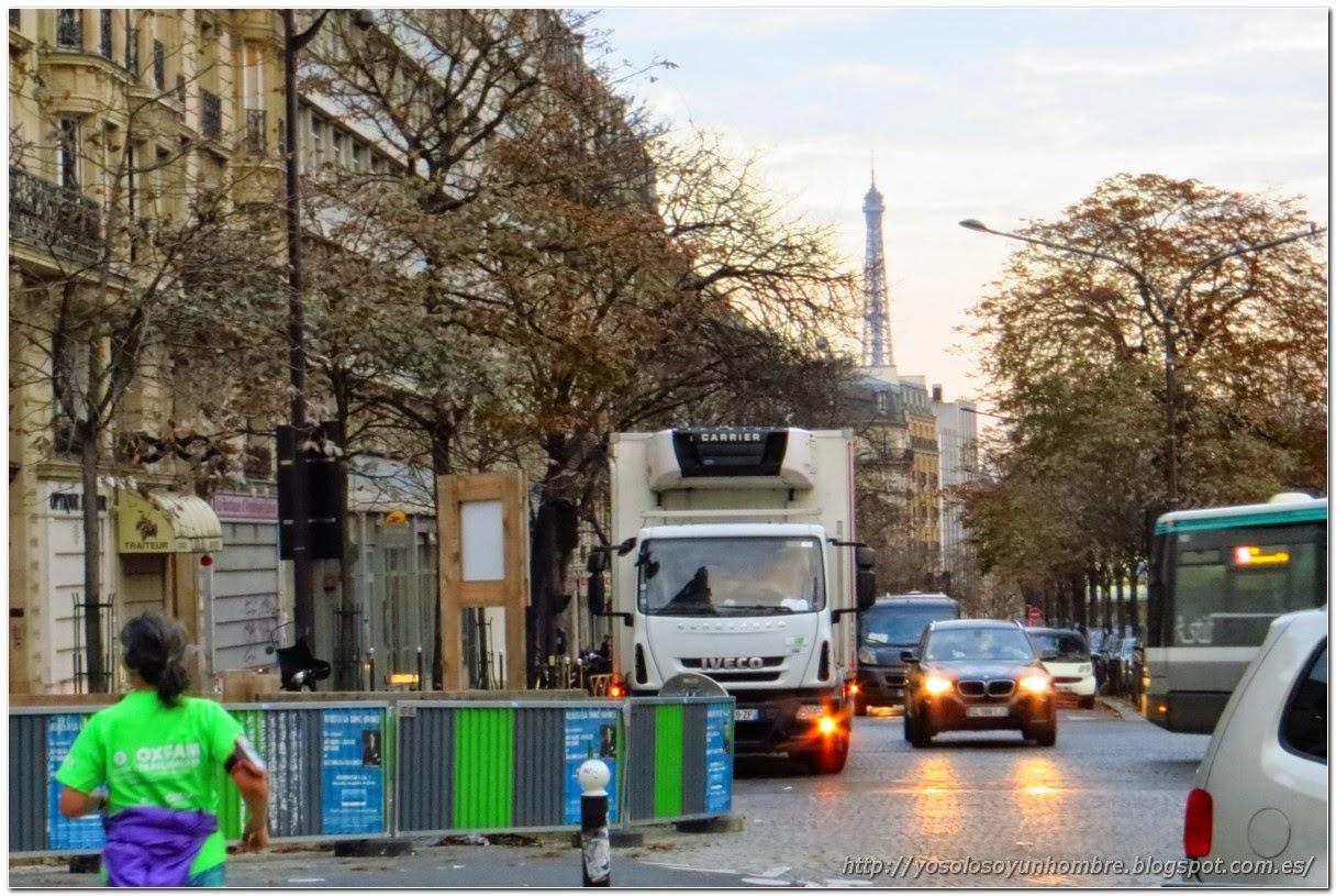 calle de Paris con tráfico y obras