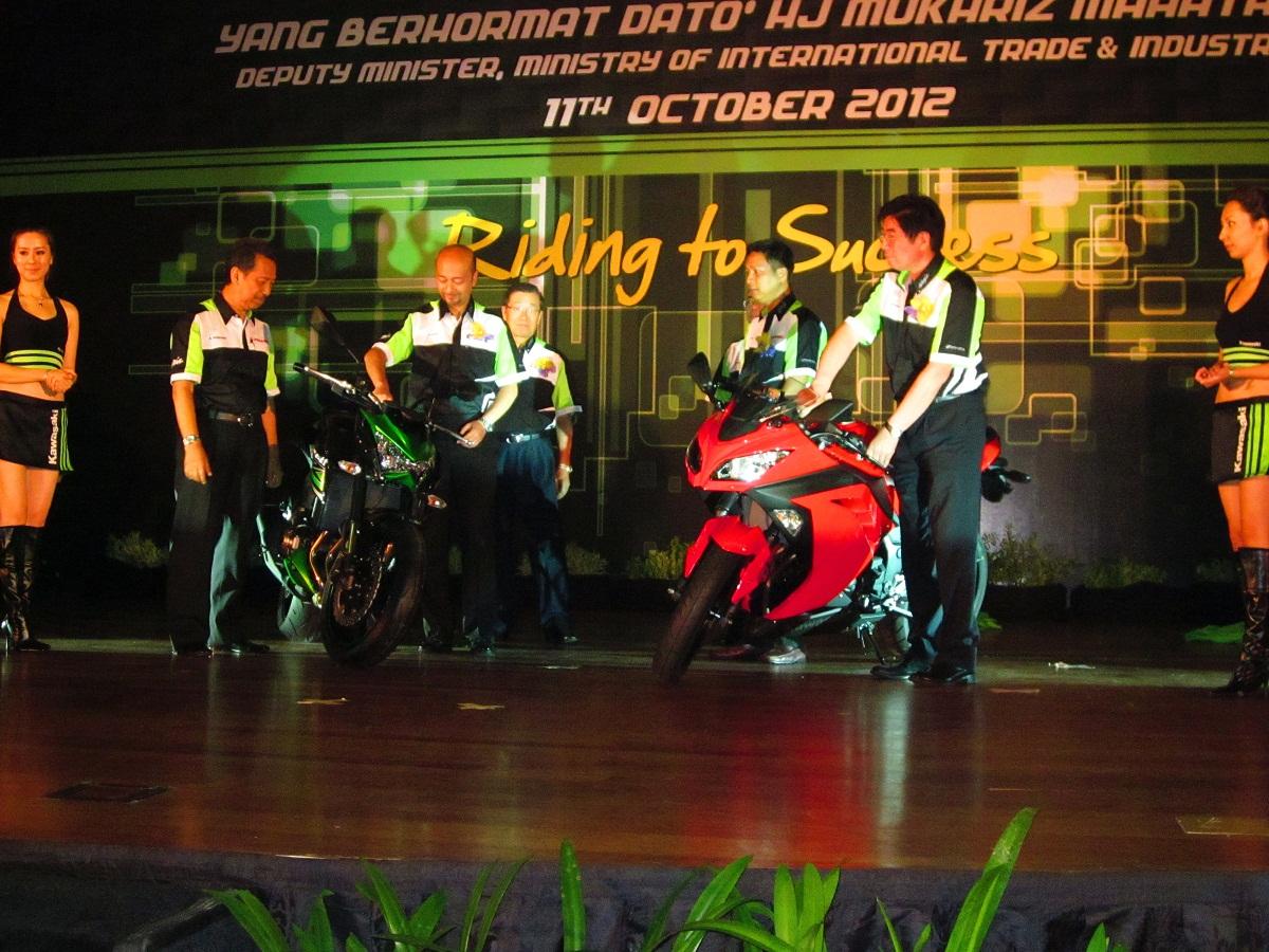 http://1.bp.blogspot.com/-vgnlU66dwbc/UI1RD9ryMWI/AAAAAAAAE9g/kvSpDBT0daQ/s1600/Kawasaki-Ninja-250R-Z800-launch-in-Malaysia+2013.jpg
