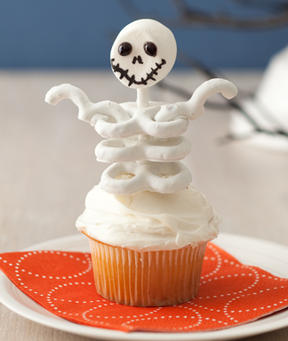 the cuttest halloween theme cupcake marshmallow pretzel skeleton from womans day what a super creative idea