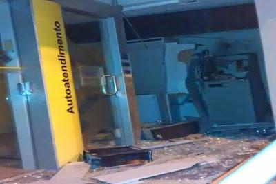 Bandidos explodem caixa eletrônico do Banco do Brasil