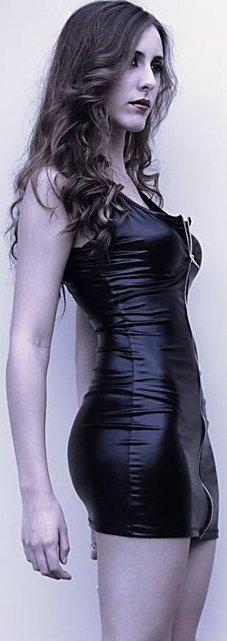 Daniela Camaiora con bello vestido negro de cuero