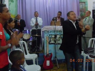 Cantor Jose Antonio e J. Filho em festividade na zona oeste de São Paulo.
