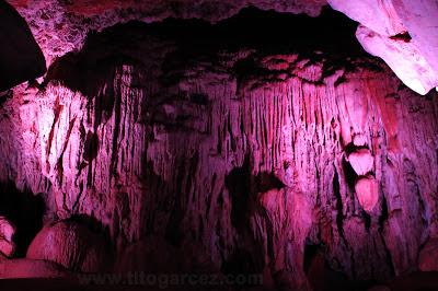 Formações da gruta da Lapinha valorizadas com a iluminação em LED