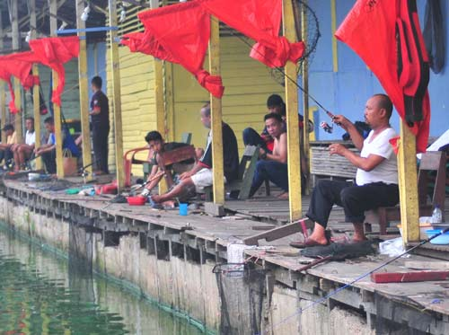 BANYAK PEMINAT: Kegiatan memancing banyak diminati masyarakat Kota Pontianak untuk mengisi waktu senggang dan menyalurkan hobi. HARYADI/PONTIANAKPOST
