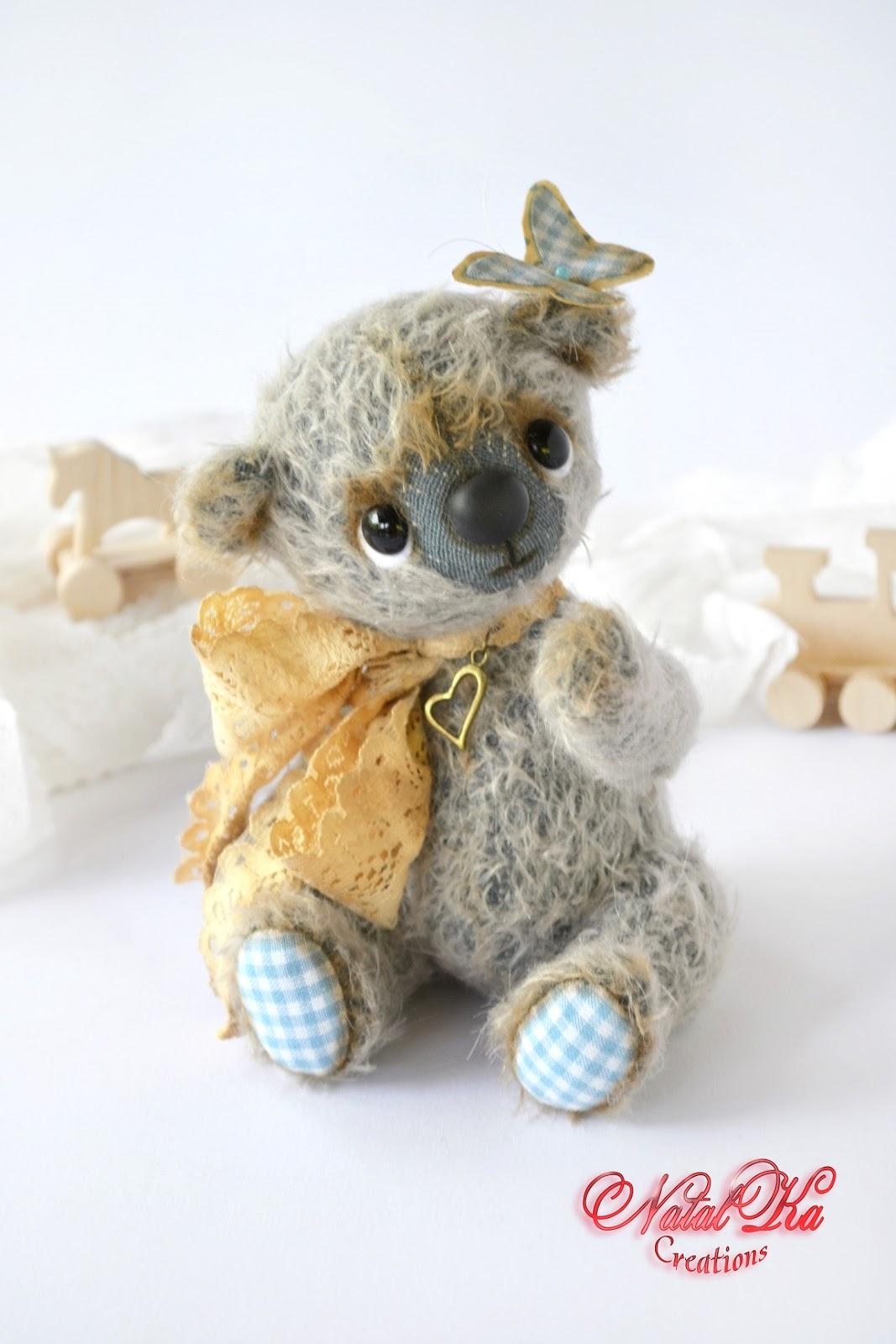 Artist teddy bear handmade by NatalKa Creations. Künstlerteddybär handgemacht von NatalKa Creations.
