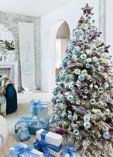 árvores de Natal com detalhes em azul e prata branco cores tendências
