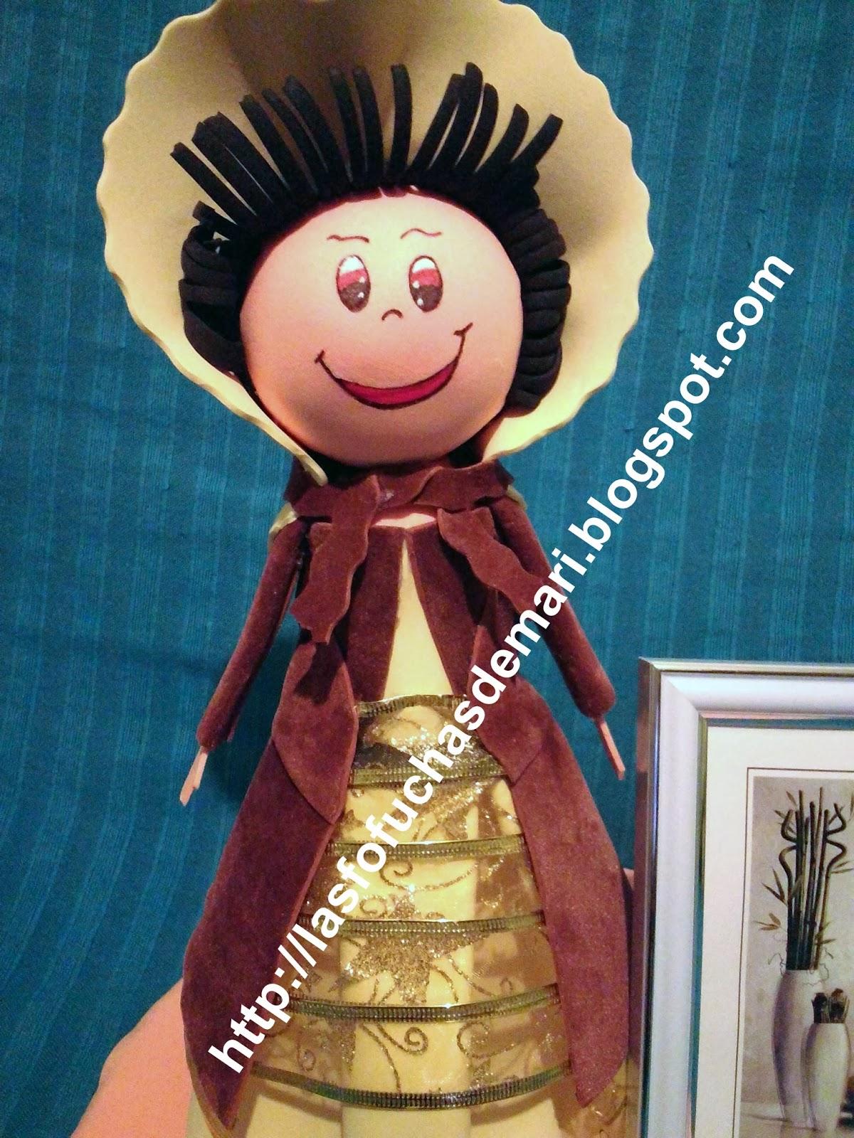 Fofucha con vestido de época y marco de fotos