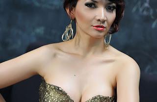 hot Model Popular Roro Fitria Januari 2013