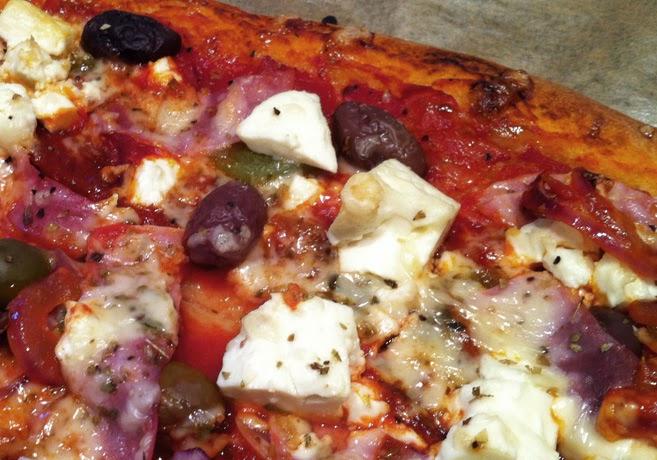 Närbild på en pizza