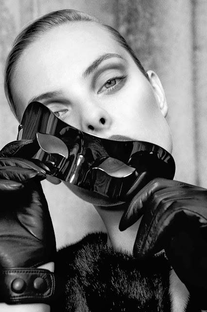 Fetish Inspirations : Mask & Leather Gloves