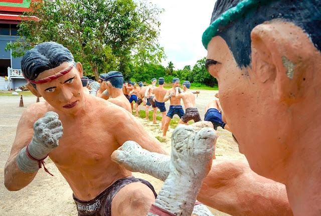 Statues de boxeurs au Wat Bang Kung